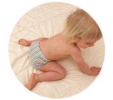 18-månader unge leker på en filt under potträningen