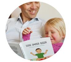 Barn som läser en pottbok