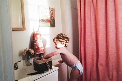 Litet barn vägrar pottan, håller för ansiktet